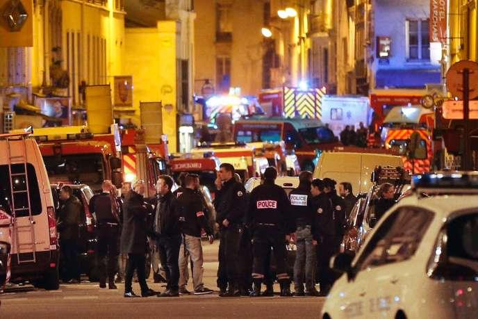 Image prise dans la nuit du 13 au 14 novembre 2015, à Paris, du périmètre de sécurité établi autour du Bataclan, théâtre d'une sanglante prise d'otages.