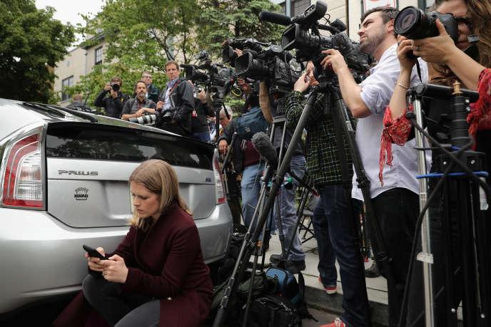 Des journalistes attendent devant le comité national républicain, à Washington, pendant une réunion de Donald Trump avec les chefs du parti. Le 12 mai 2016.