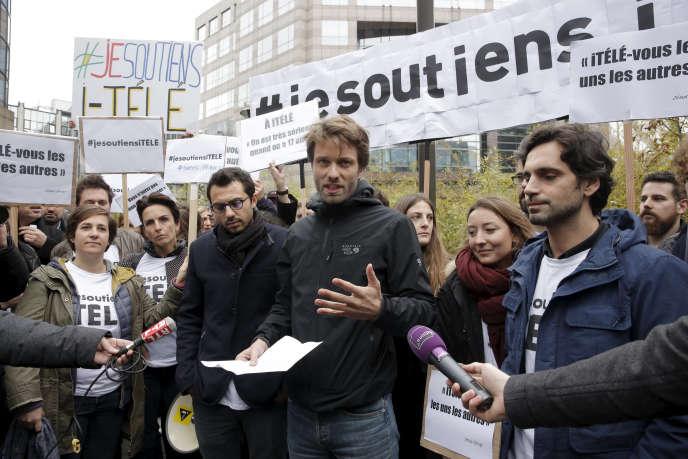 Rassemblement de journalistes d'i-Télé en grève, vendredi 4 novembre, à Boulogne-Billancourt.