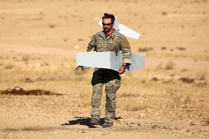 Un combattant de la coalition kurdo-arabe soutenue par les Etats-Unis, près d'Aïn Issa (Syrie), le 6 novembre.