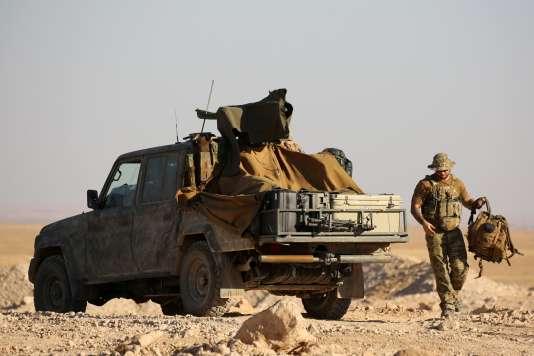 Des membres des forces kurdes se déploient le long de la ligne de front, à un kilomètre d'Aïn Issa, à une cinquantaine de kilomètres au nord de Rakka, le 6 novembre 2016.