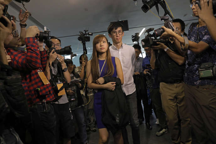 Yau Wai-ching (à gauche) et Sixtus Leung, les deux députés auxquels Pékin vient d'interdire de siéger, à Hongkong, le 2 novembre.
