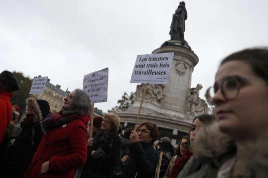 Lundi 7 novembre, un rassemblement place de la République, à Paris, invitant les femmes à cesser le travail afin de militer pour l'égalité salariale entre les sexes.