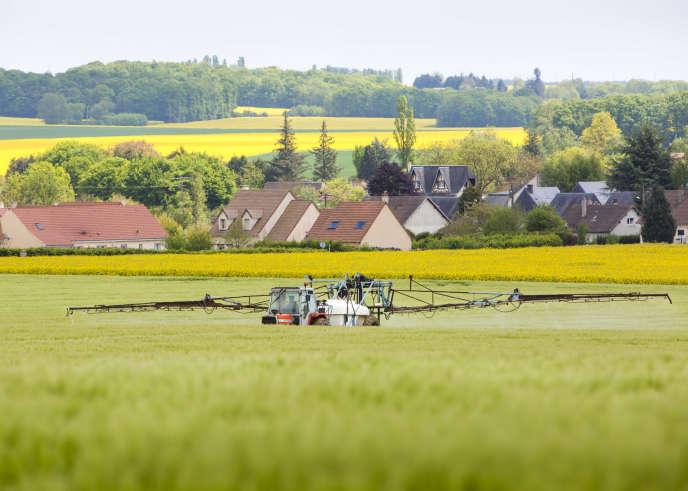 Un agriculteur de Digny (Eure-et-Loir) traite ses champs, le 15 mai.