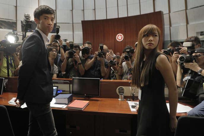 Les jeunes députés Yau Wai-ching et Sixtus Leung le 26 octobre.
