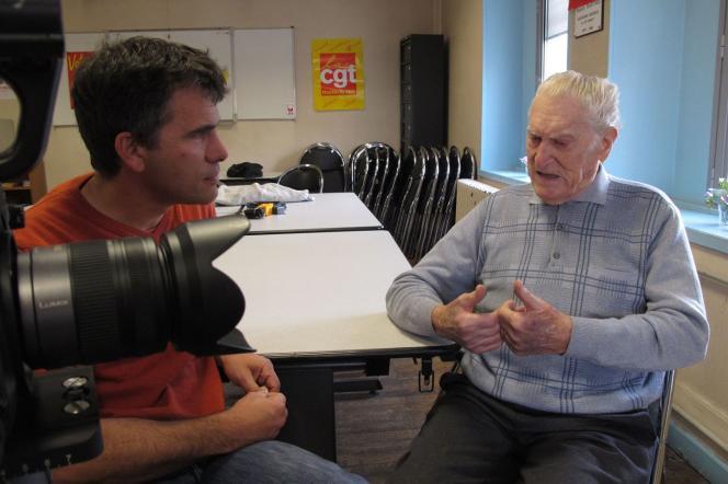 Le réalisateur Gilles Perret sur le tournage de son documentaire« La Sociale».