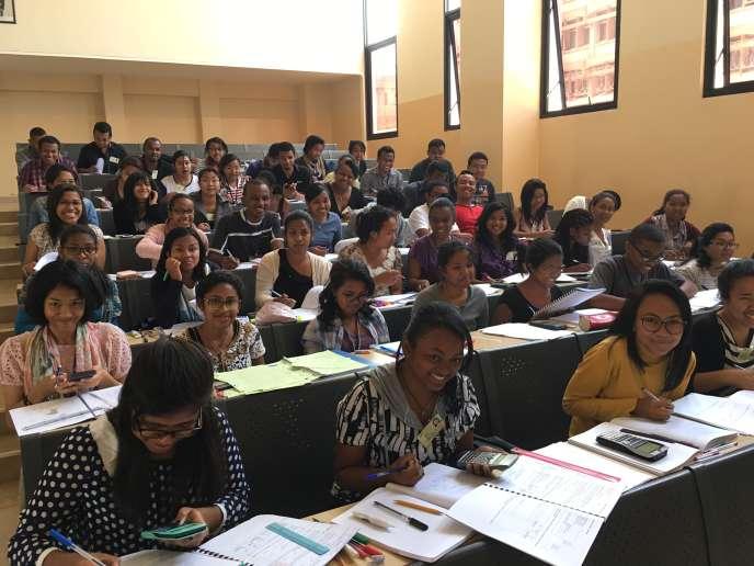 La promotion 2016 2017 du Master comptabilité (CCA ) à l'Institut national des sciences comptables et de l'administration d'entreprises (INSCAE) de Madagascar, partenaire de l'IAE de Poitiers. Plus de la moitié des 2742 étudiants de l'institut poitevineffectuent leur scolarité hors les murs, en co-diplômation avec des établissements partenaires.