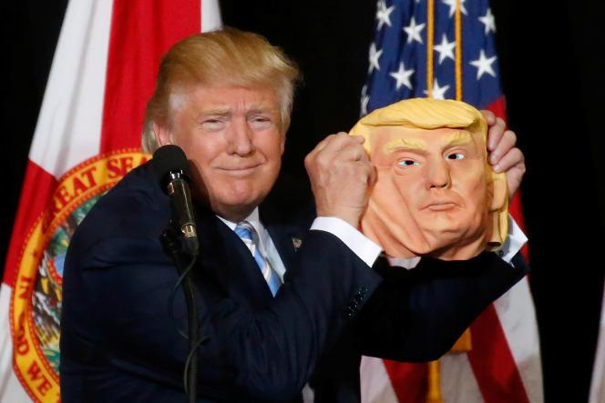Donald Trump avec un masque de Donald Trump.