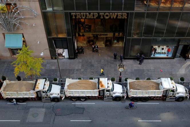 Une rangée de camions bennes remplis de sable servant de protection le long de la Cinquième Avenue à l'extérieur de la Trump Tower à Manhattan, à New York, le 8 novembre.