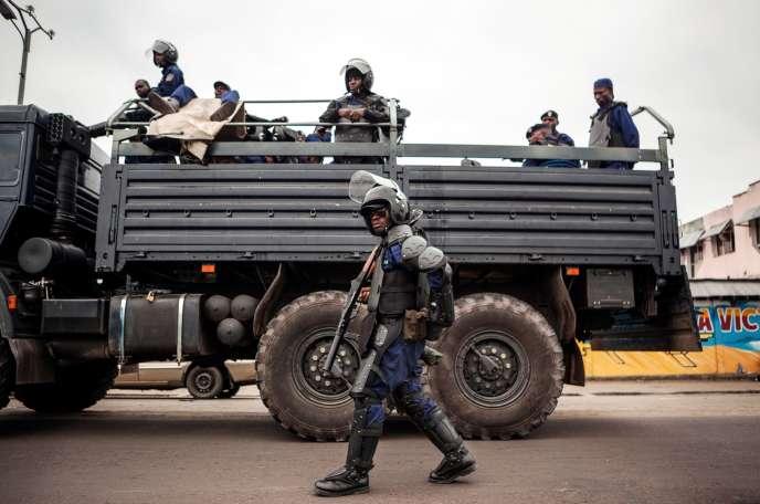 Des policiers patrouillent durant l'opération« Villes mortes», organisée par l'opposition pour protester contre le projet du président, Joseph Kabila, de rester au pouvoir au-delà du terme de son mandat, à Kinshasa, le19octobre.