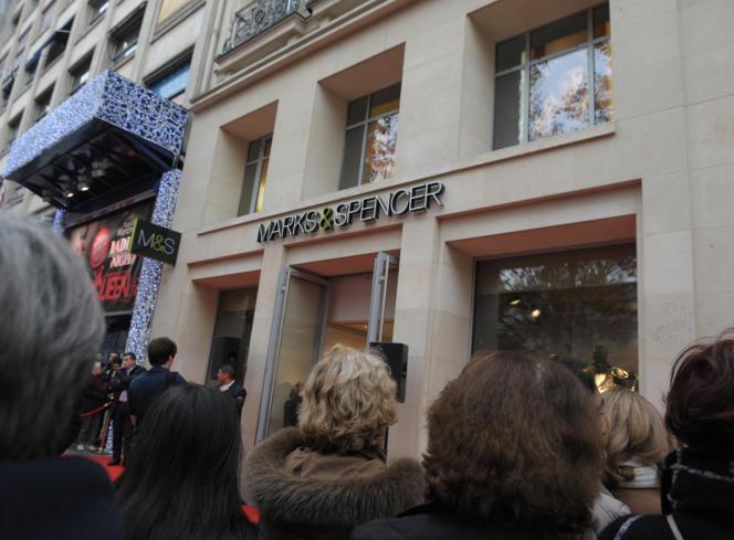Le magasin Marks & Spencer sur lesChamps Elysees à Paris.