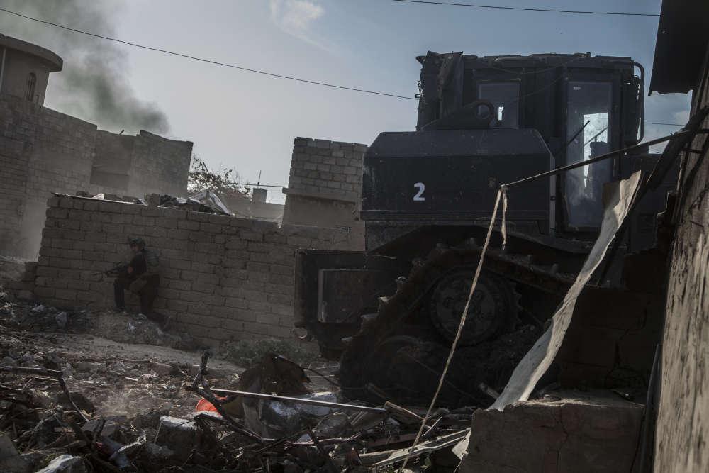 Une des tactiques de combat, en milieu urbain, consiste à contourner les positions de l'EIen abattant des murs au bulldozer. La colonne de l'armée poursuit ensuite son avancée afin d'encercler les derniers combattants.