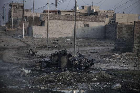 Une carcasse de voiture suicide, dans le quartier Saddam de Mossoul, le 6 novembre 2016.