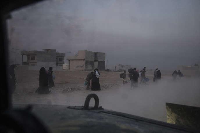 Des civils quittent le quartier Saddam, à Mossoul, le 6 novembre.