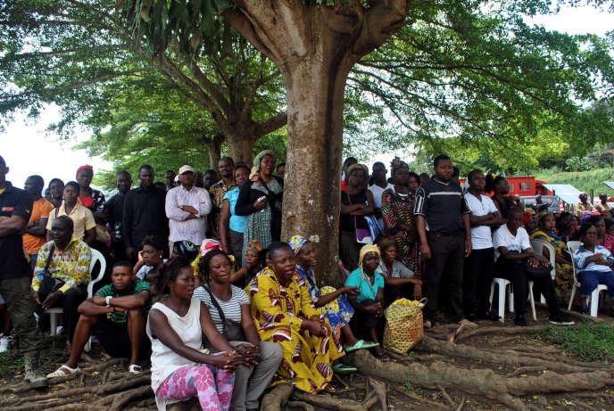 Des habitants d'Eseka attendent la tenue de la cérémonie religieuse organisée le 24 octobre en mémoire des 79 personnes décédées dans l'accident du train reliant Douala à Yaoundé.