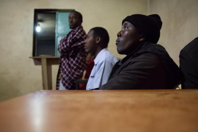Des clients regardent la télé au Meka Hotel.