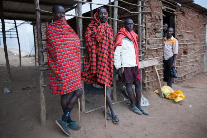 Des Masai près de la place du marché.