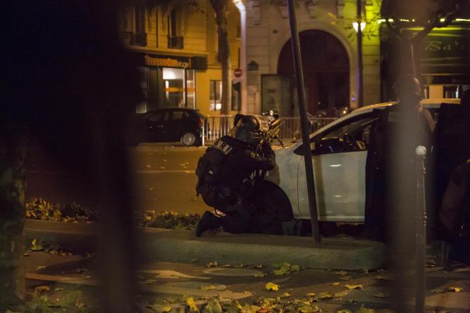 En face du Bataclan, à Paris, dans la nuit du 13 au 14 novembre 2015.