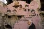 «Face à ces atteintes directes aux droits de l'homme en Turquie, le silence des gouvernements occidentaux démocratiques est aujourd'hui assourdissant et inquiétant.» (Photo: Uun homme passe devant une fresque partiellement détruite représentant des martyrs de la cause kurde. Cizre, province de Sirnak, Turquie, le 2 mars 2016).