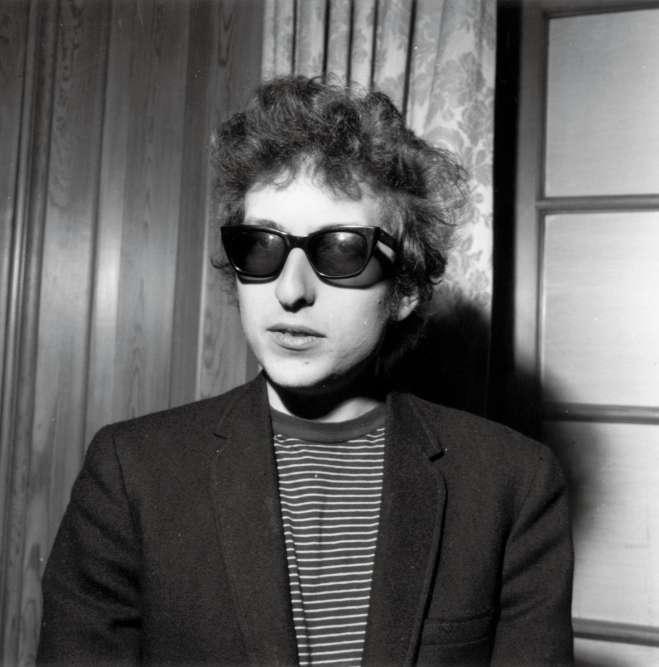 Inspirez un grand coup. Et sentez l'électricité. À 24 ans, Bob Dylan vient debrancher sa guitare, et de virer rock. Jusque dans ses atours.Pourmieuxélectriser les foules, l'ex-héros folk a enfiléun «salk suit»en laine bouillie etun tee-shirt de sport. Mieux que ça, il a changé d'accessoire fétiche. Fini l'harmonica autour du cou, Bob chausse désormais des Ray-Ban. Comme toutes les stars dignes de ce nom? Certes, mais lui est le premier. Car, contrairement à une croyance répandue, ce n'est pas une paire de Ray-Ban qu'Audrey Hepburn portait en 1961 dans «Breakfast at Tiffany», maisbien une paire d'Oliver Goldsmith.