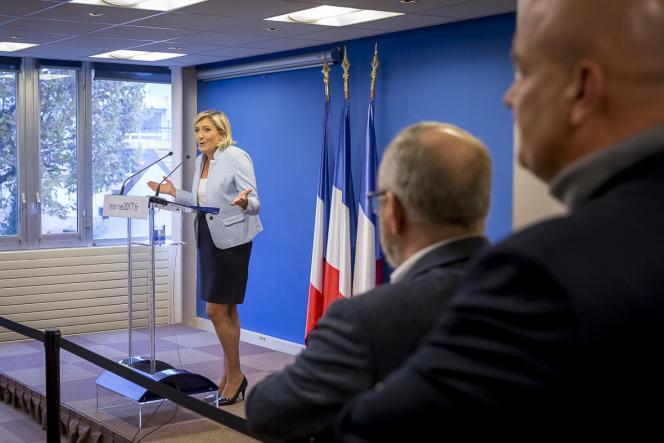 Marine Le Pen réagit à l'élection de Donald Trump à la présidentielle américaine au siège du Front national à Nanterre, mercredi 9 novembre 2016.