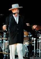Vingt-deux ans et huit disques plus tard, Bob ne s'est toujours pas remis à la couleur et n'atoujours pas mis fin à son Never Ending Tour. En concert aux Vieilles Charrues, Dylan serappelle pourtant d'où il vient.En témoigne cette«bolo tie»,ou cravate texane, et ce sombrero à haut plat, inventé en Andalousie mais importé et adopté par les cow-boys américains à la fin du XIXe siècle. Pas facile à porter, mais beaucoup plus chic que le Bob.
