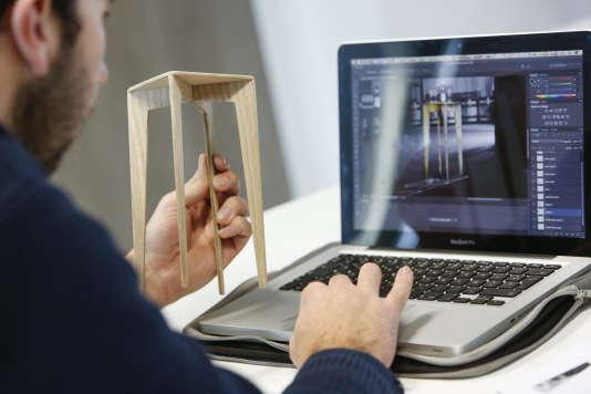 Un étudiant fait de la modélisation design sur ordinateur