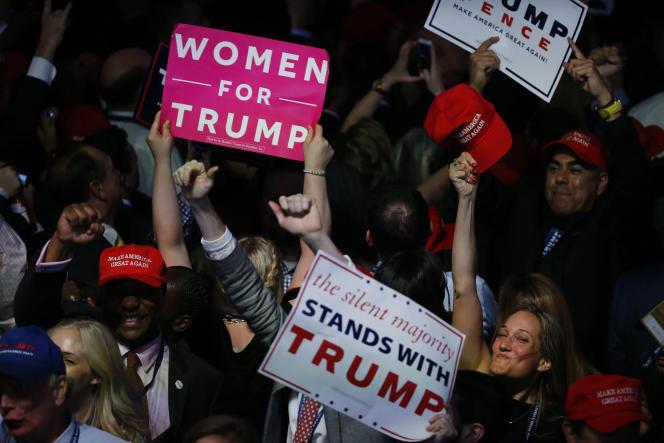 Des partisans de Donald Trump, à l'hôtel Hilton Midtown de New York où le candidat républicain célèbre sa victoire, dans la nuit du 8 au 9 novembre.