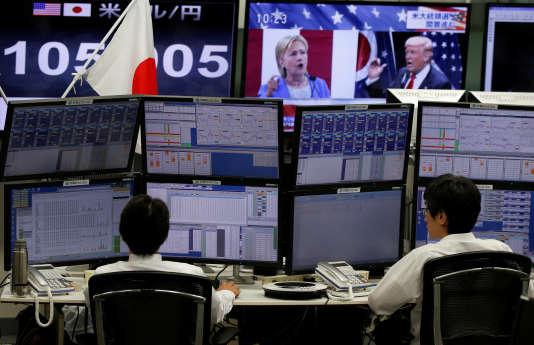 Les employés de la Bourse de Tokyo suivent les résultats des élections américaines, en direct.