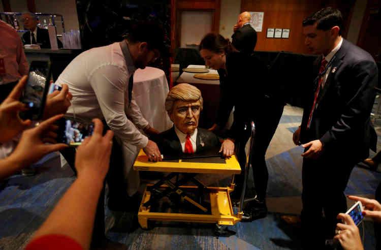 Un gâteau en forme de buste de Donald Trump est livré à l'hôtel où aura lieu le rassemblement républicain à New York.