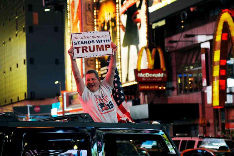 A Times Square, dans New York, un supporter de Trump exulte : « La majorité silencieuse est avec Trump !» peut-on lire sur sa pancarte.