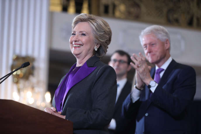 Bill Clinton applaudit sa femme, le 9 novembre à New York.