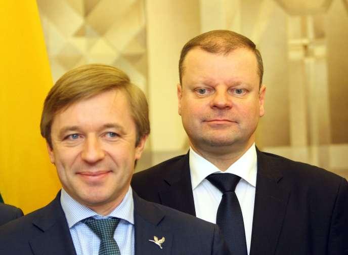 Le dirigeant de l'Union des paysans et Verts de Lituanie, Ramunas Karbauskis (à gauche), et Saulius Skvernelis, pressenti pour devenir premier ministre de Lituanie, à Vilnius, le 9 novembre.