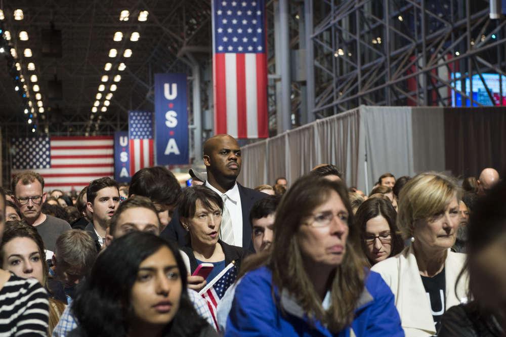 Au Javist Center de New York mardi soir, 8 novembre, les partisans d'Hillary Clinton ont attendu par milliers debout dans le calme, pour une élection dont ils croyaient connaître le vainqueur.