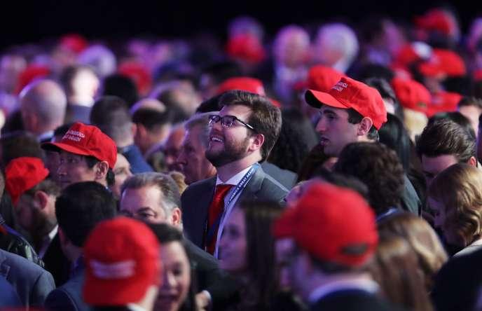 Les supporteurs de Donald Trump saluent les résultats de leur candidat au Hilton Midtown de New York.