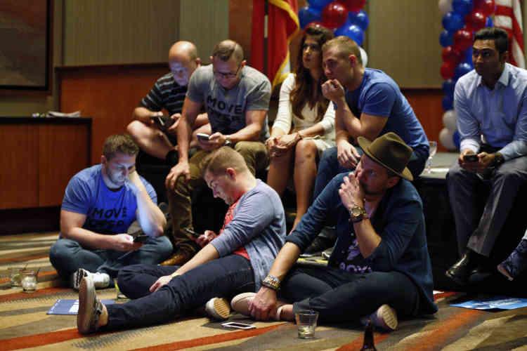 Des partisans démocrates d'Hillary Clinton scrutent les résultats, au Hyatt Regency de Dallas, au Texas.