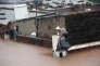 Des habitants de Maputo au Mozambique tentent protéger un poste de télévision lors d'une inondation, le 24 janvier 2015.