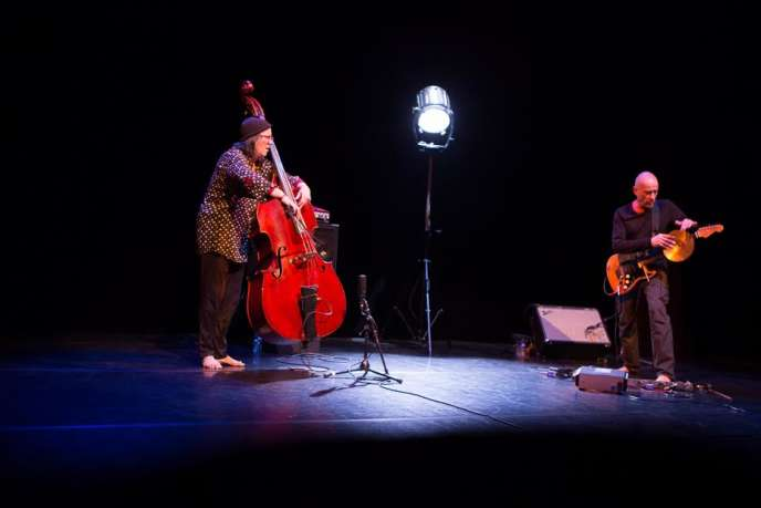 La contrebassiste Joëlle Léandre et le guitariste Serge Teyssot-Gay sur scène, lors du D'Jazz Nevers Festival,le 7 novembre 2016.