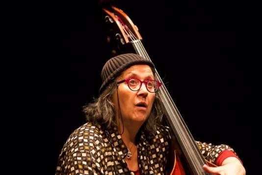 La contrebassiste Joëlle Léandre sur scène, lors du D'Jazz Nevers Festival,le 8 novembre 2016.