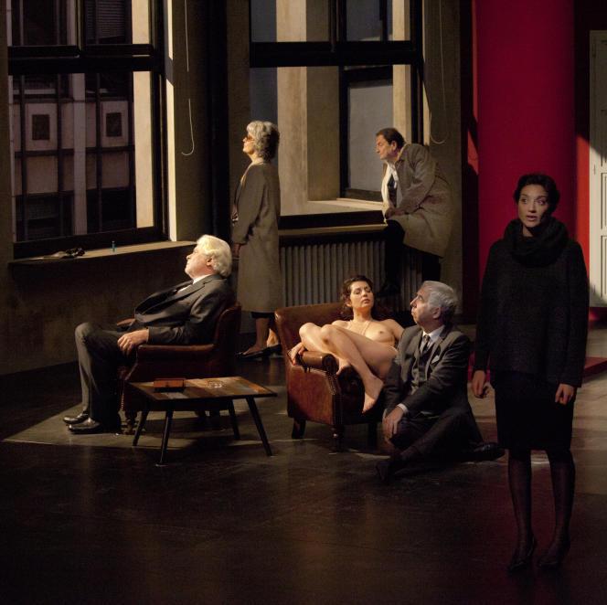 Quelques scènes rappellent la peinture d'Edward Hopper, d'ailleurs cité dans le texte. Sur la photo, de gauche à droite : Jacques Weber, Dominique Valadié, Wladimir Yordanoff, Gilles Privat, Georgia Scalliet, avec au centre, Aurélie Reinhorn.