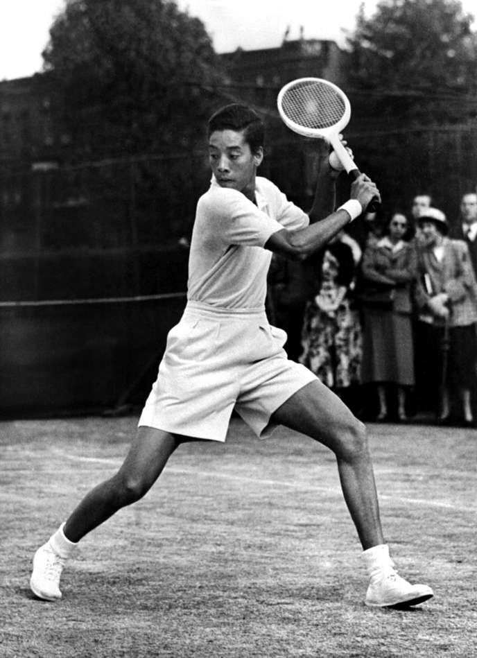 Photo non datée d'Althea Gibson, première femme noire à avoir remporté un tournoi du Grand Chelem, à Roland-Garros, en 1956.