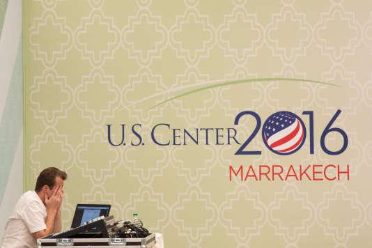 Un employé de la délégation américaine, le 10 novembre à Marrakech.