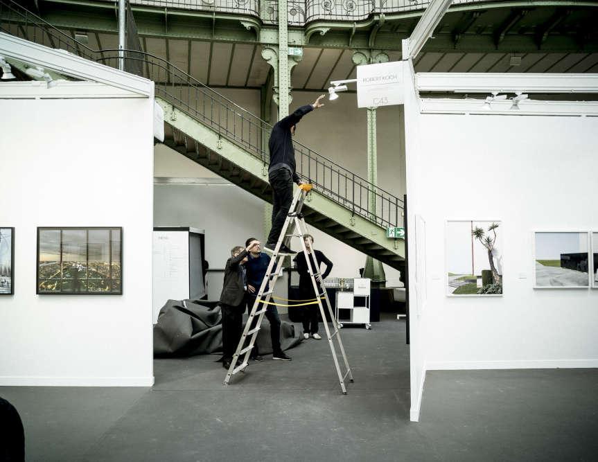 Montage de la galerie Robert Koch à Paris Photo, le 8 novembre 2016.