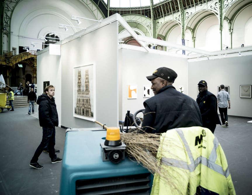 Montage de la galerie Yossi Milo à Paris Photo, le 8 novembre 2016.