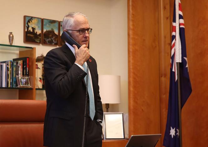 Le premier ministre australien, Malcolm Turnbull, lors d'un entretien téléphonique avec le nouveau président élu des Etats-Unis, Donald Trump, le 10 novembre.