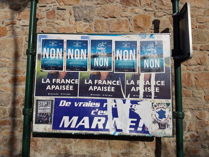 A Flamanville, des affiches appelant à voter non à une commune nouvelle rapprochant 15 villes et villages du Cotentin lors d'un référendum qui s'est tenu le 6 novembre.