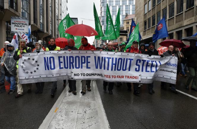 Plusieurs milliers d'ouvriers sidérurgistes se sont réunis à Bruxelles le 9 novembre pour manifester leur crainte d'une concurrence déloyale de la Chine dans leur secteur.