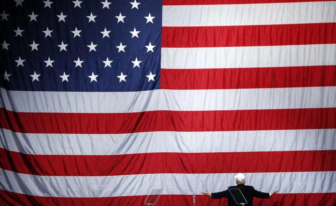 Le président élu, Donald Trump, devant le drapeau américain pendant la campagne, le 6novembre.