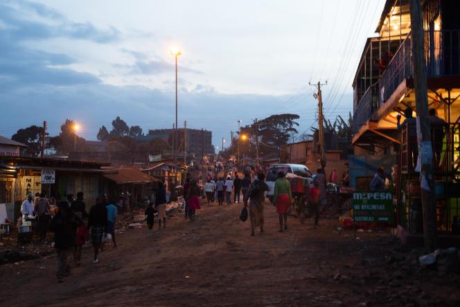 La rue agitée de Kangemi, où Scholastica tient son stand.