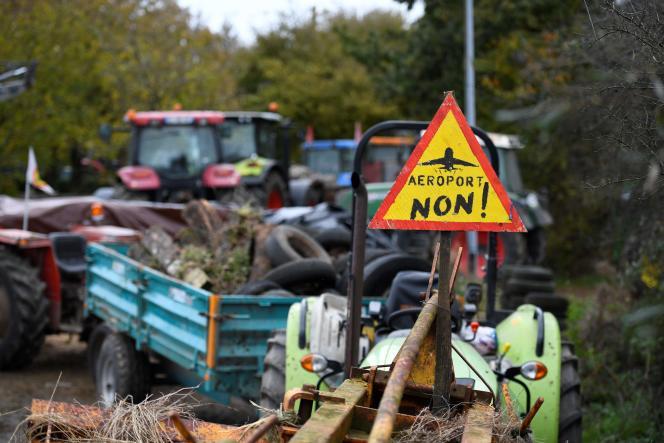 Le 10novembre, près de 150 tracteurs se sont livrés à une répétition générale de protection des fermes menacées d'expulsion dans le cadre du chantier de l'aéroport de Notre-Dame-des-Landes.